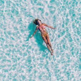 Vakantie, vrouw in bikini, dobberen