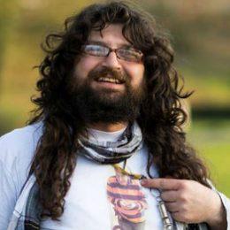 Dit is Rabee Frei Frühling met op t-shirt Frans van der Lugt