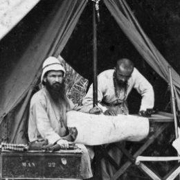 Witte Pater voor een tent in Afrika