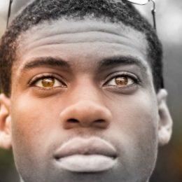 Spreken van aangezicht tot aangezicht, gezicht van een zwarte man met oplichtende ogen
