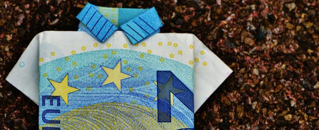 Gevouwen eurobiljet in vorm overhemd, kleuren Belastingdienst