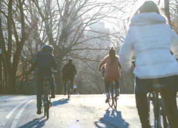 Een hecht gezin op de fiets.