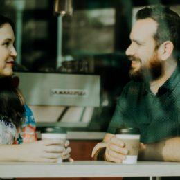 Twee mensen in gesprek, geestelijke begeleiding