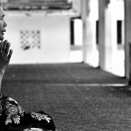 Een vrouw is aan het bidden
