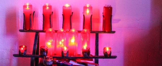 Kaarsen om aan te steken bij een bedevaartspeek, zoals de moslima uit dit verhaal
