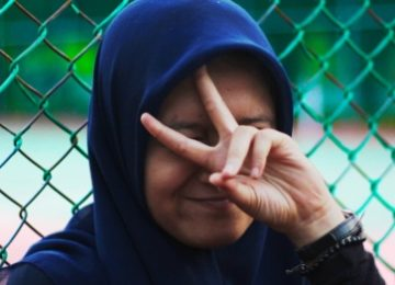 interreligieuze dialoog meisje met hoofddoek maakt teken van vrede
