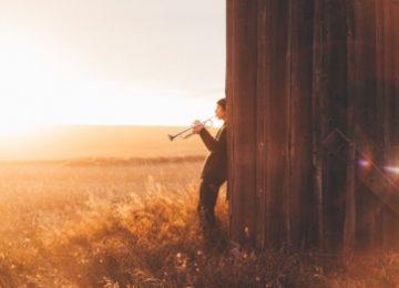 adventscantate, jongen in veld met trompet