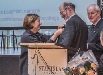 Stanislascollege Dries van den Akker SJ en Bert ten Berge SJ worden bedankt door de burgemeester van Delft Marja van Bijsterveldt