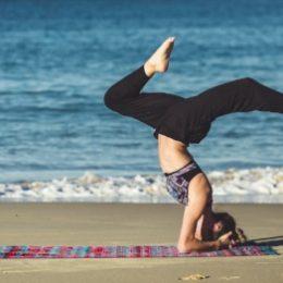 Vrouw, yoga, strand, zee