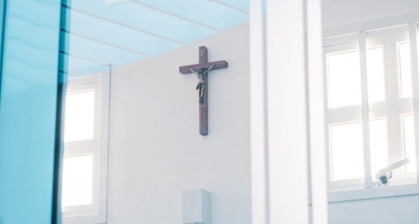 kapel achter een glazen deur