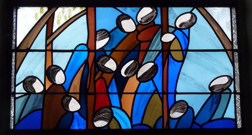 Afgebeeld is een fragment van een raam uit een cyclus van vier, gemaakt door de kunstenares Christine Cocar. Zij bevinden zich in de kerk van het Bretonse plaatsje Saint-Alban. Mensen die zich oprichten naar het licht, uit de duisternis