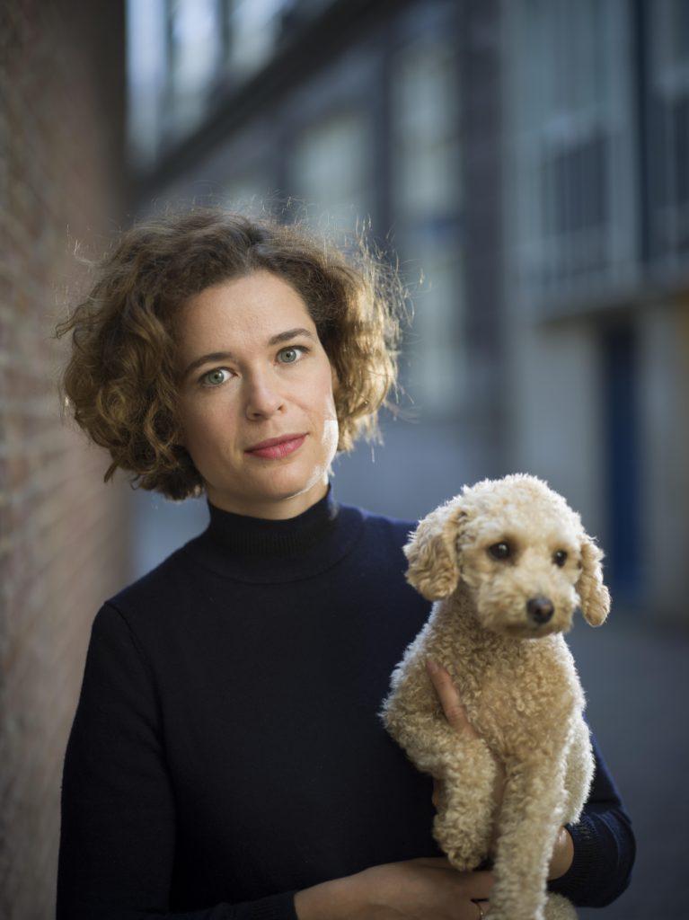 Dichter Lieke Marsman met haar hond