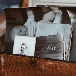 Houten kistje met oude, zwart-wit foto's